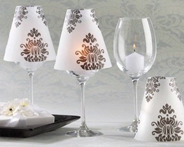 10 enfeites de mesa para casamento de arrasar for Wine glass lamp centerpiece