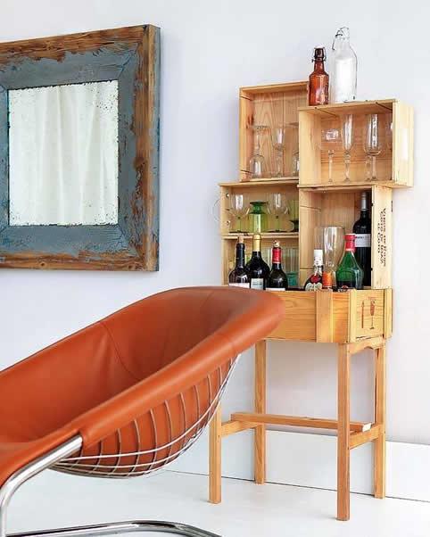 Como fazer estantes com caixotes de madeira - Decorar muebles con papel ...