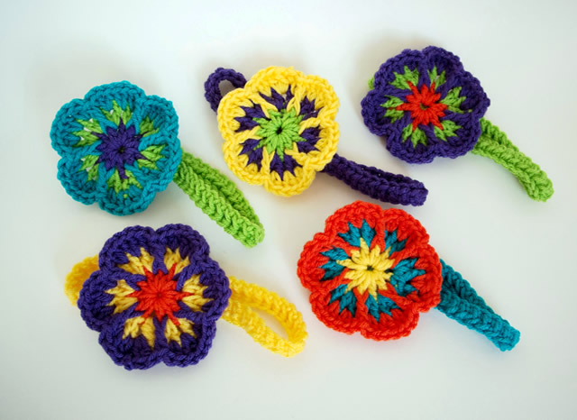Tiara com flores de crochê