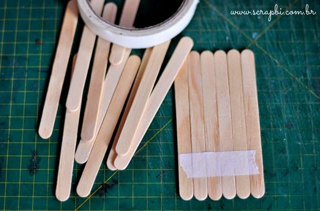 Faça uma fileira de palitos de picolé