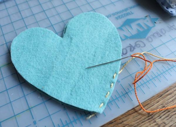 Costure as bordas dos corações