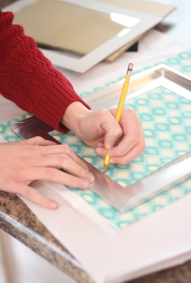 Desenhe o contorno da moldura no tecido