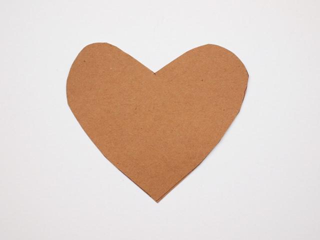Desenhe o molde de coração no papel craft