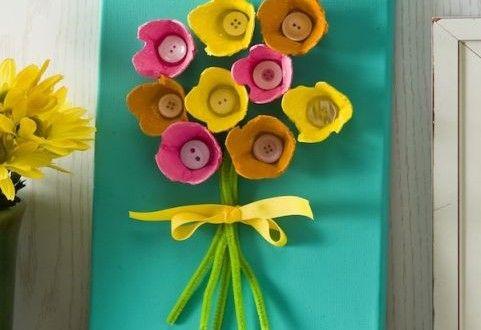 quadro com flores de caixas de ovos