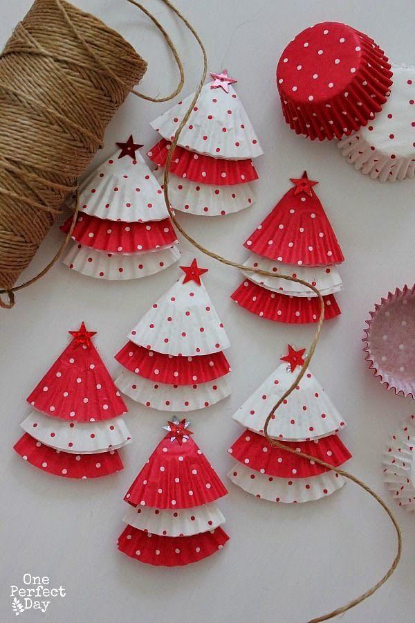 Enfeite natalino com forminhas de doce