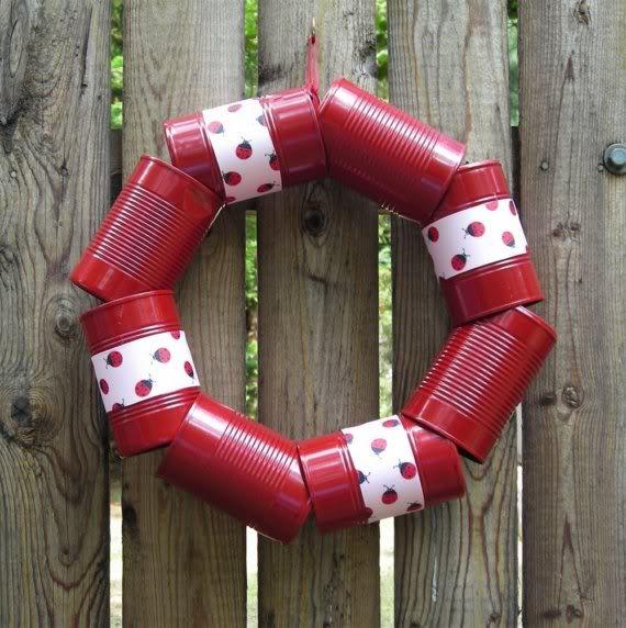 guirlanda feita de latas recicladas