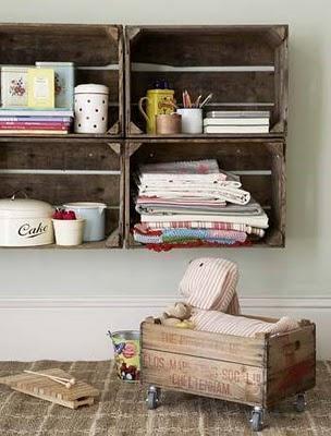 nichos com caixotes de madeira