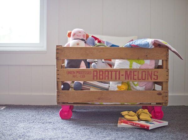 organizador para brinquedos feito com caixote de feira