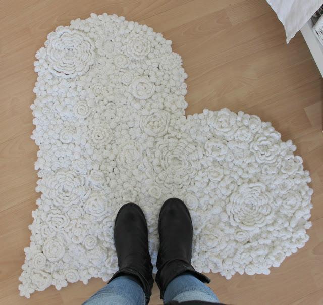 tapete-coracao-com-flores-de-croche