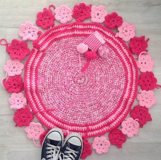 tapete-redondo-barrado-de-flores