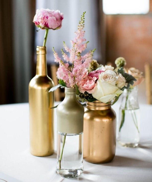 arranjo-de-mesa-de-casamento-com-vidros-e-garrafas