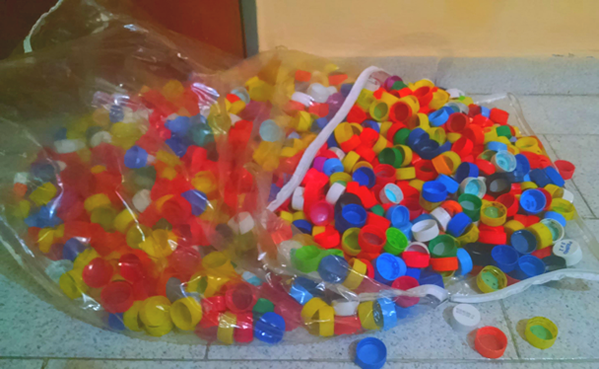 junte-varias-tampinhas-plasticas