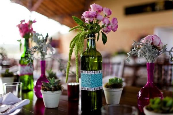 Enfeites de mesa com garrafas