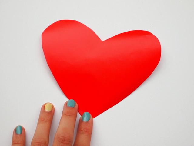 Corte os corações no papel contact usando o molde