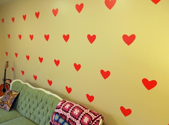 Comece a colagem dos corações na parede