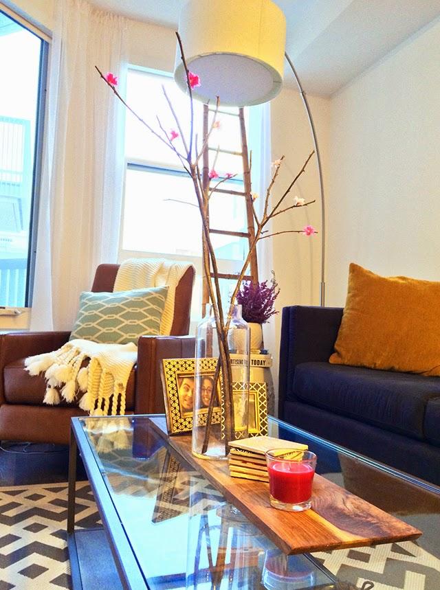 Galhos secos com flores de papel decorando a sala de estar
