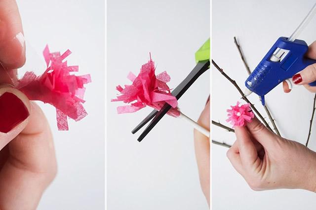 Corte a ponta do cotonete e cole a flor no galho com cola quente