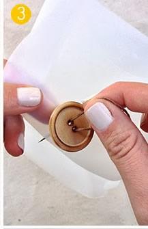 Costure o botão na tampa que está em pé