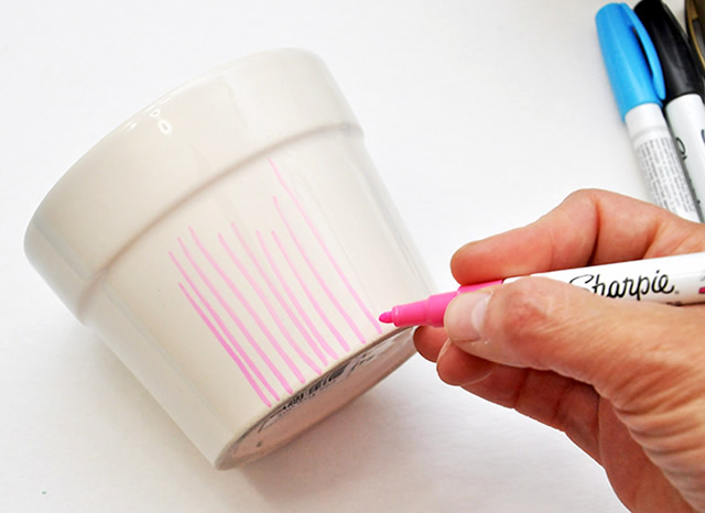 Passe o marcador rosa no vaso de cerâmica