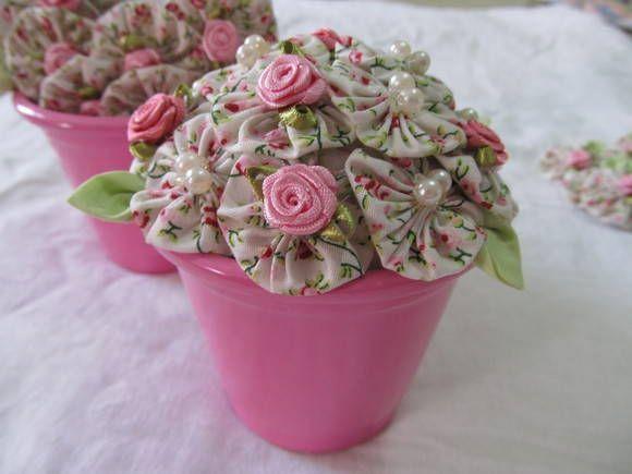 vaso com flores de fuxico