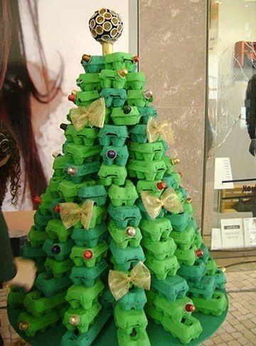 Árvore de Natal com caixas de ovos