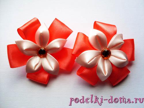 elástico de cabelo com flor de cetim