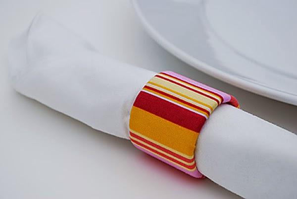 anéis para guardanapo feitos de papelão