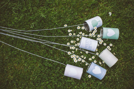 decoração para carro dos noivos feita com latas recicladas