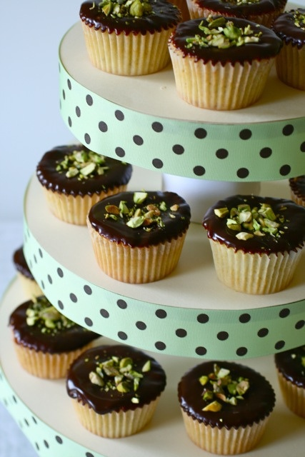 torre para cupcakes feita com papelão e fitas