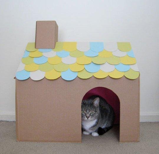 casinha-de-papelão-com-telhado-colorido