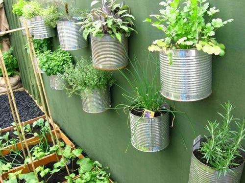 horta-vertical-com-latas-recicladas