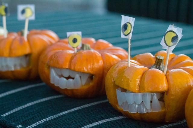 abobora-decorada-com-dentaduras-de-plastico