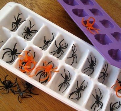 gelo-feito-com-brinquedinhos-de-aranha