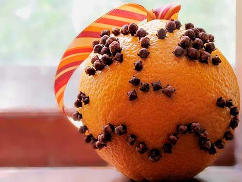 laranja-decorada-com-cravos-para-halloween