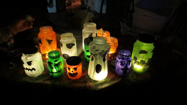 potes-pintados-com-vela-para-halloween